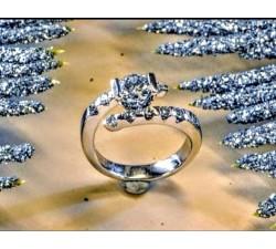 Anello in oro bianco con diamanti taglio brillante centrale di Kt 0.50 e totale laterali Kt 0.30 MG.05 GIOIELLERIA 3.900,00€